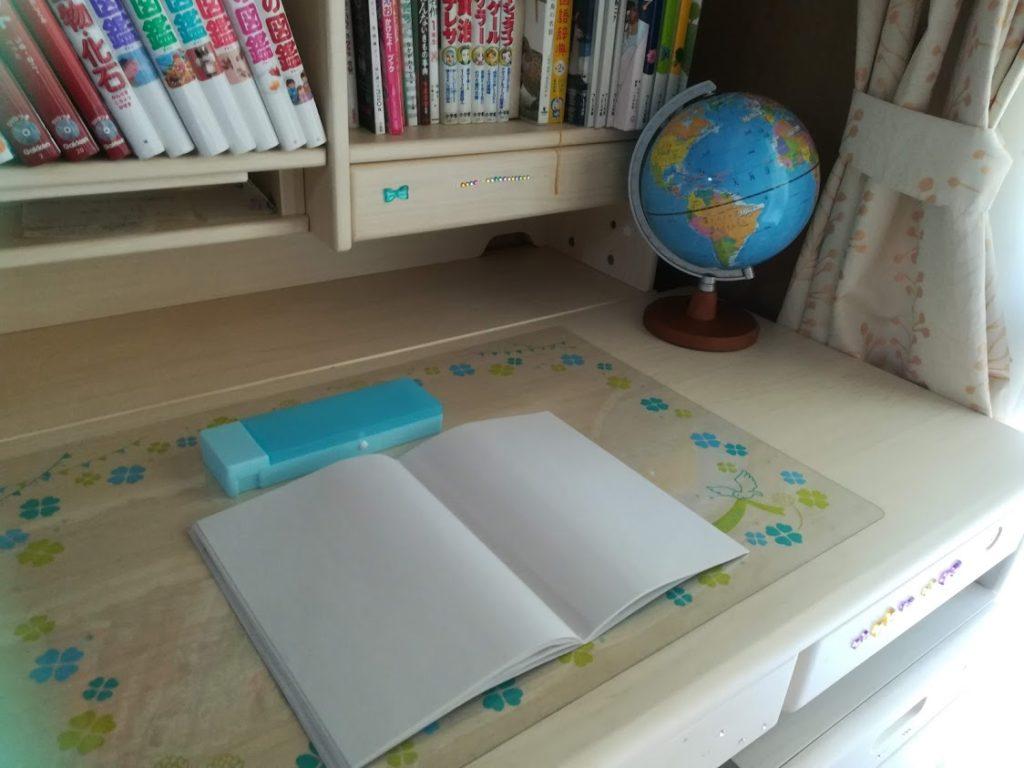 学習机の上にあるノートと地球儀