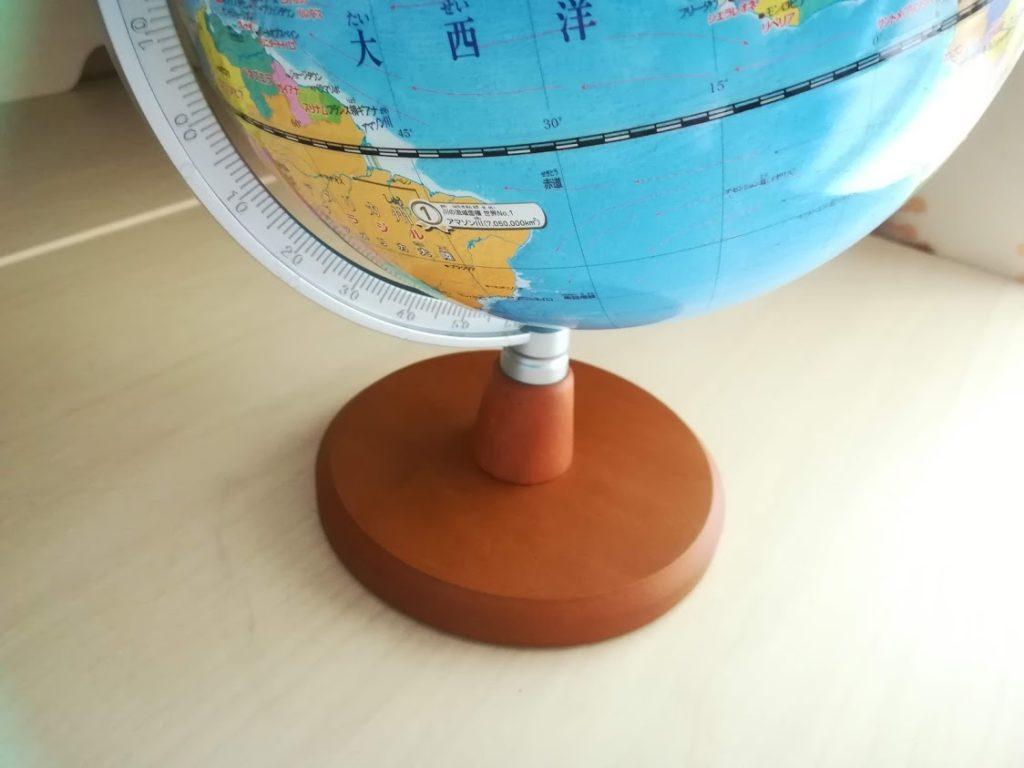 木製の地球儀の台座