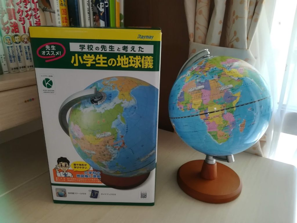 机の上に置かれたレイメイ藤井の「小学生の地球儀」